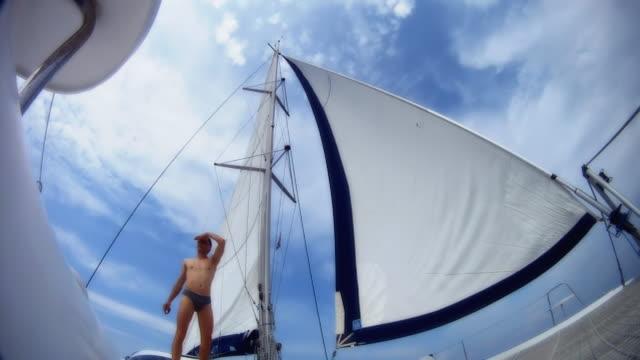 hd スローモーション: リラックスのデッキで、それともカタマラン - 大三角帆点の映像素材/bロール