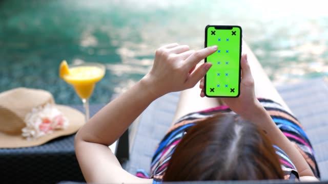 stockvideo's en b-roll-footage met ontspannen op het zwembad, telefoon chroma key - koffie drank