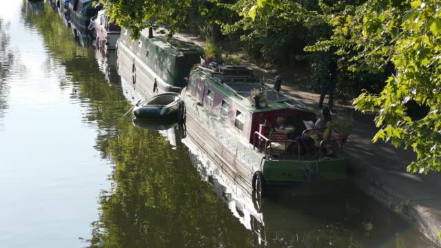 狭いボートの船尾でリラックス - 運河点の映像素材/bロール