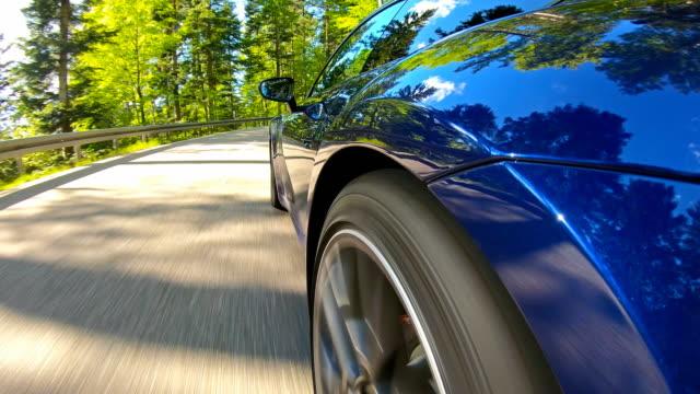 美しい晴れた日に空の曲がりくねった山道でリラックスした風光明媚な車のドライブ - landscape scenery点の映像素材/bロール