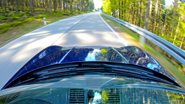 vidéos et rushes de conduite de voiture panoramique de détente, vue du capot de voitures/ capot et pare-brise - voiture particulière