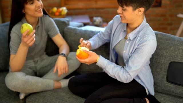 vídeos de stock, filmes e b-roll de tempo de relaxamento em casa com melhor amigo - fruta