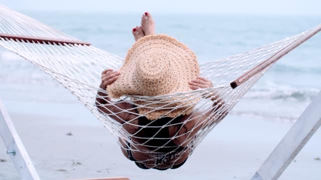 vídeos y material grabado en eventos de stock de tiempo de relax en la playa - acostado
