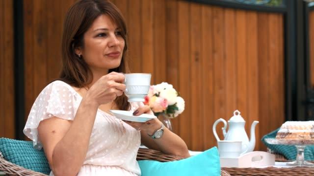 vídeos de stock, filmes e b-roll de relaxar com uma xícara de chá - tea party