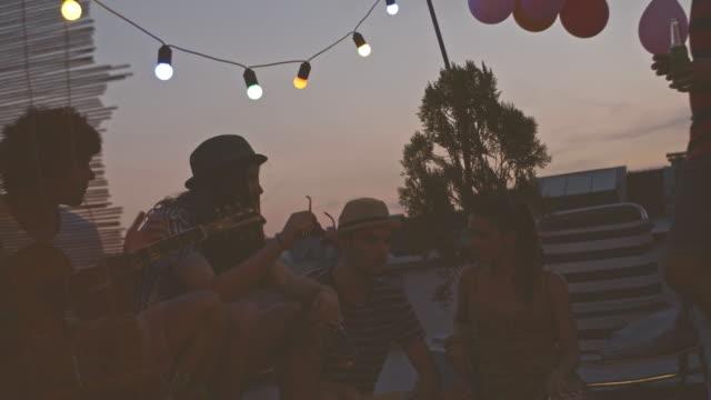 Entspannung mit Freunden auf Party auf dem Dach