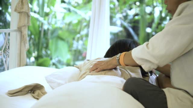 vídeos y material grabado en eventos de stock de relajante con masaje tailandés - vivienda con asistencia
