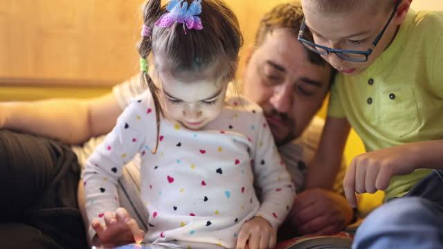 vídeos y material grabado en eventos de stock de relajarse con su padre en casa - familia con dos hijos