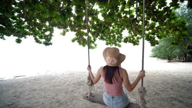 avslappnande kvinna swing på stranden - softfokus bildbanksvideor och videomaterial från bakom kulisserna