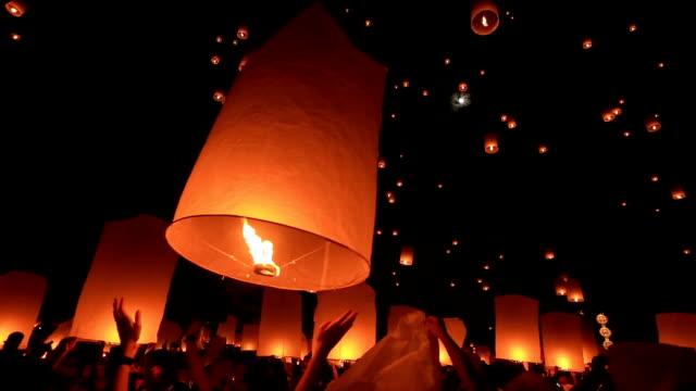 release floating lantern part a. - lanterna attrezzatura per illuminazione video stock e b–roll