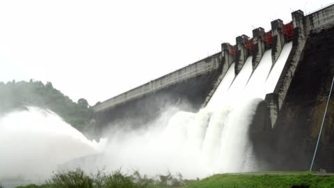 stockvideo's en b-roll-footage met release van water op een muur van de dam. - dam mens gemaakte bouwwerken