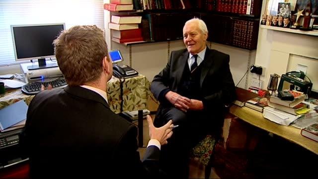vídeos de stock e filmes b-roll de released secret papers reveal tensions in late 1970s labour government london reporter with tony benn tony benn interview sot saying he wrote letter... - 1970 1979