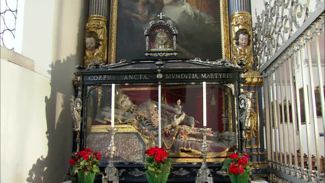 vidéos et rushes de ms relics of martyr saint munditia in glass case in st. peter's church, munich, bavaria, germany - christianisme