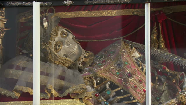 cu zo ms relics of martyr saint munditia in glass case in st. peter's church, munich, bavaria, germany - 17th century stock videos & royalty-free footage
