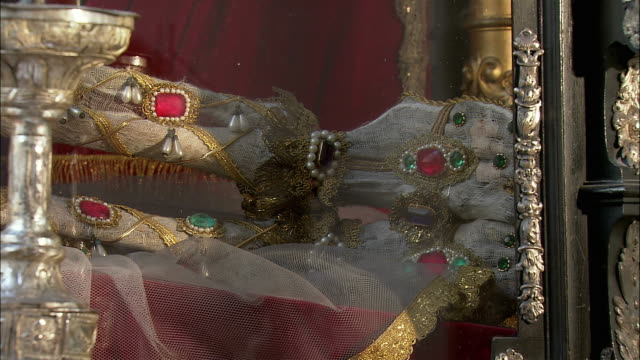 cu pan relics of martyr saint munditia in st. peter's church, skeleton wrapped with netting and covered with precious gems, munich, bavaria, germany - spiritualität stock-videos und b-roll-filmmaterial
