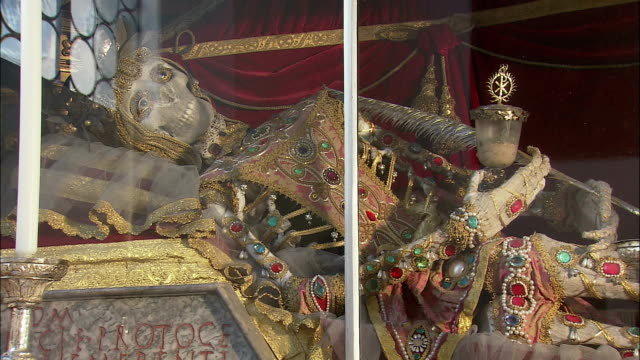 cu relics of martyr saint munditia in st. peter's church, skeleton wrapped with netting and covered with precious gems, munich, bavaria, germany - heiliger stock-videos und b-roll-filmmaterial