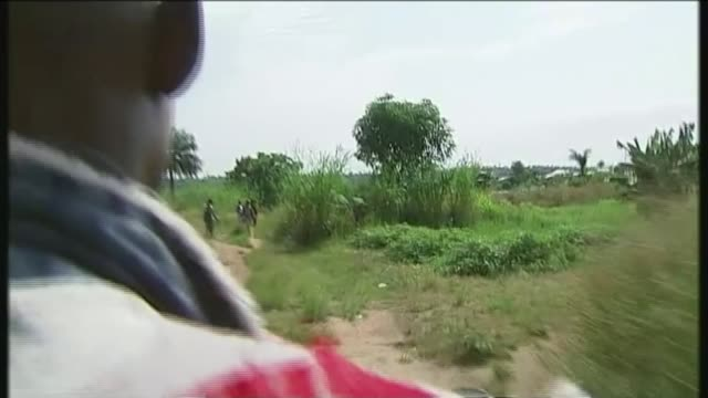 vídeos de stock, filmes e b-roll de relief effort under way to control ebola outbreak in drc t14111404 / men pointing in direction of dead body various tracking shots from motorbike... - ébola