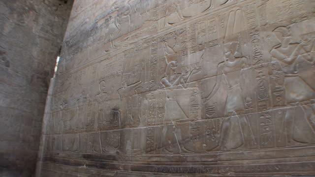 vídeos y material grabado en eventos de stock de ms pan reliefs of egyptian life at luxor temple, luxor, egypt - jeroglífico