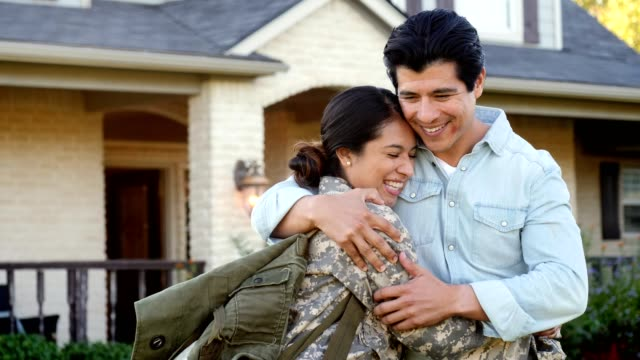 vídeos de stock e filmes b-roll de relieved female soldier returns home from deployment - regresso ao lar