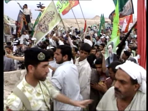 exiled cleric returns to iraq; 23.07: philip reay smith itn iraq: basra: ext tgv crowd of supporters of shi'ite cleric ayatollah mohammad baqir... - 追放点の映像素材/bロール