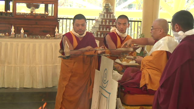 vidéos et rushes de religious ceremony in dharamshala monastery dalai lama's residence - temple