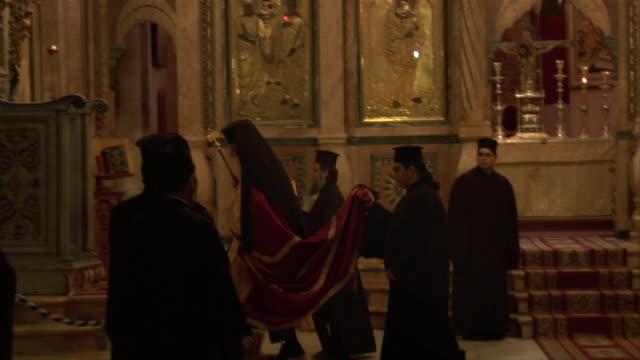 vídeos de stock, filmes e b-roll de religious ceremony - vestimenta religiosa