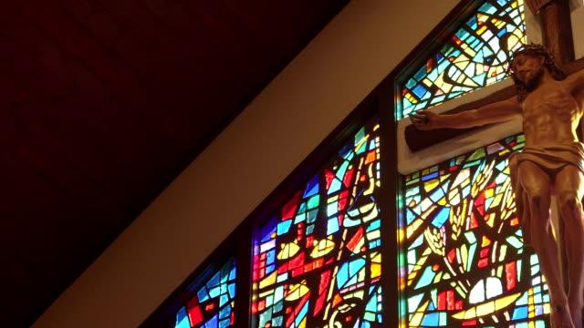 vídeos de stock e filmes b-roll de cruz religiosa e jesus - antiguidades