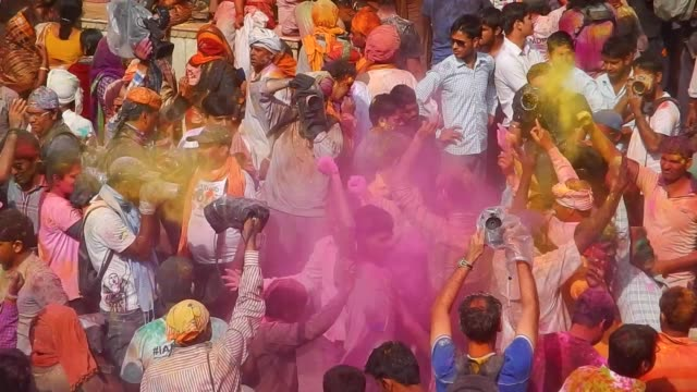 vídeos y material grabado en eventos de stock de religious festivities and celebrations inside the temple complex in nandgaon mathura the village of lord krishna holi or the festival of colours is a... - krishna