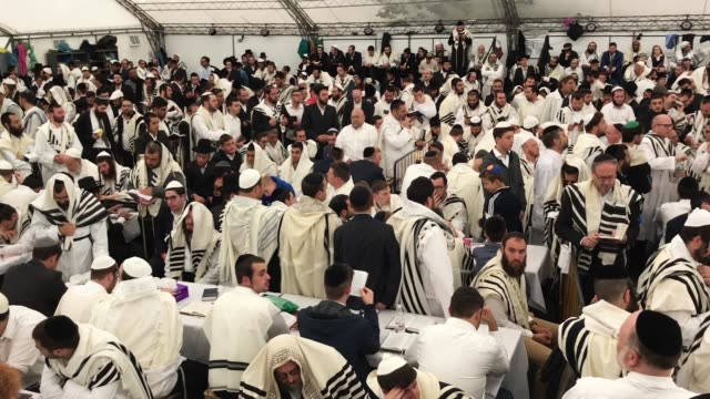 stockvideo's en b-roll-footage met religious jews pray and celebrate in a tent synagogue on the first day of rosh hashanah on september 10 2018 in uman ukraine tens of thousands of... - orthodox jodendom