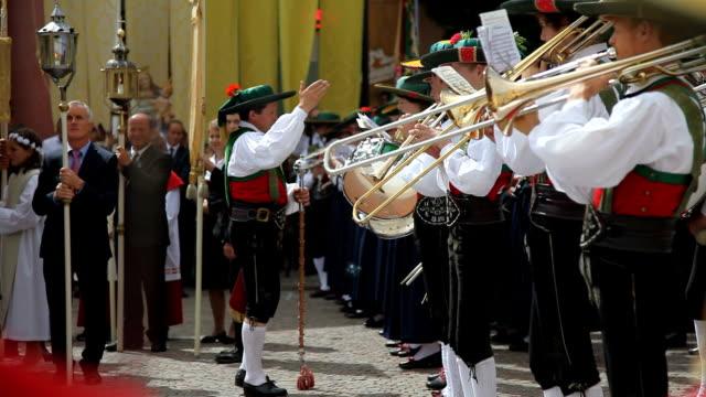 religious procession, la pli de mareo, san vigilio di marebbe, st. vigil, italy - tradizione video stock e b–roll