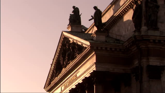 vidéos et rushes de religious statues decorate the pediment of a massive building. - fronton