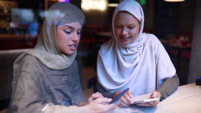 vídeos y material grabado en eventos de stock de religiosas, trabajando juntos en un café - inmigrante