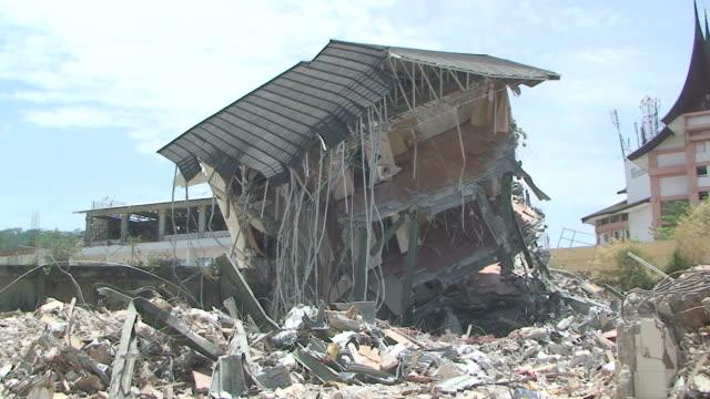 vídeos y material grabado en eventos de stock de remains of 5 star hotel in downtown padang city / audio - isla de sumatra