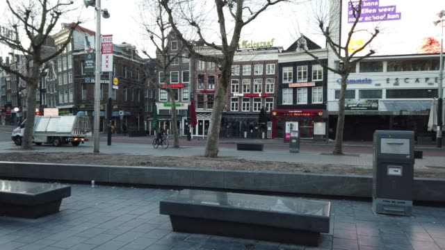 stockvideo's en b-roll-footage met rembrandtplein suqre in amsterdam with few people - gevel