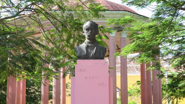 vídeos y material grabado en eventos de stock de remedios cuba: jose marti bust and gazebo in the city centre park - bronceado
