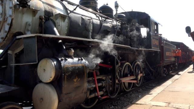 remedios, cuba, old obsolete steam engine in working condition - bahnsteig stock-videos und b-roll-filmmaterial