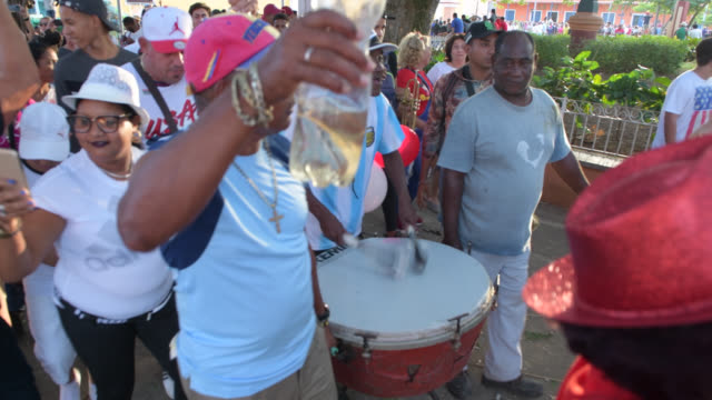 remedios, villa clara, cuba-december 24, 2019: the 'conga' of the 'san salvador' district celebrating the triumph during the 'greeting' phase in the... - atmosphere filter stock-videos und b-roll-filmmaterial