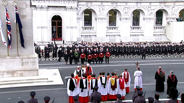 vídeos de stock, filmes e b-roll de remembrance day service at the cenotaph; england: london: whitehall: ext servicemen and members of the clergy gathered before the cenotaph war... - dia do armistício britânico