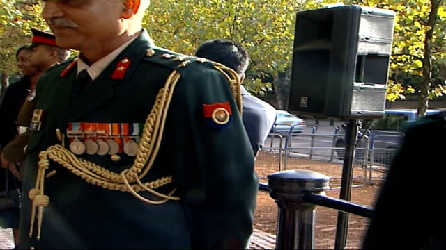vídeos y material grabado en eventos de stock de remembrance day services on constitution hill england london constitution hill ext two gurkhas in ceremonial dress guests arriving various of guests... - gurkha