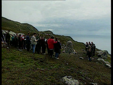 vidéos et rushes de remembrance services for chinook crash victims cf scotland mull of kintyre tls mourners on hillside around memorial cairn lms rev david wilkes... - mull