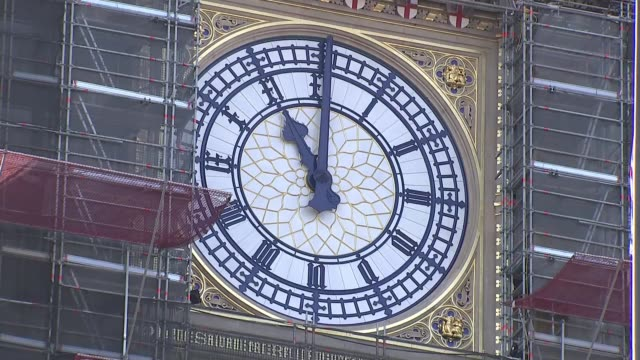 big ben bongs england london westminster sot*** big ben clock face surrounded by scaffolding big ben striking at 11am followed by 2 minute silence sot - ボング点の映像素材/bロール
