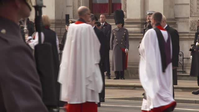 vídeos de stock, filmes e b-roll de cenotaph ceremony; england: london: westminster: whitehall: ext veterans at cenotaph ceremony / boris johnson mp singing / theresa may mp and david... - dia do armistício britânico