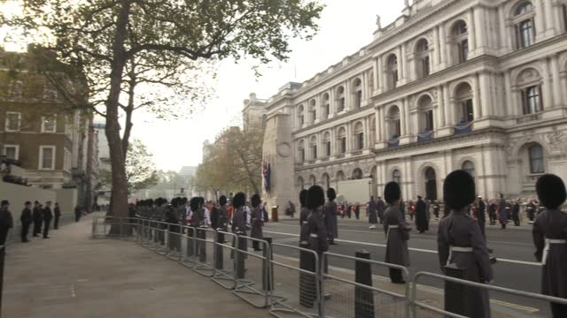vídeos de stock, filmes e b-roll de cenotaph ceremony; england: london: westminster: whitehall: ext veterans at cenotaph ceremony / former prime ministers sir john major and tony blair... - dia do armistício britânico