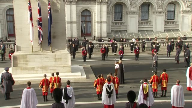vídeos de stock, filmes e b-roll de cenotaph remembrance service; england: london: whitehall: cenotaph: ext wide shots of clergy, politicians - including boris johnson mp , sir keir... - dia do armistício britânico