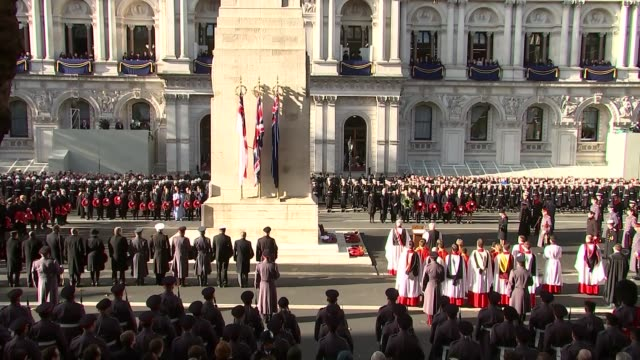 remembrance sunday cenotaph service queen elizabeth ii lays wreath / prince philip lays wreath / prince charles lays wreath / prince william prince... - リース点の映像素材/bロール