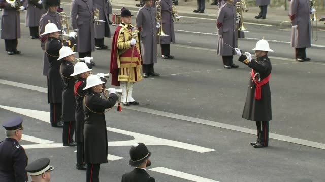 vídeos de stock, filmes e b-roll de queen leads scaled-back service at the cenotaph; england: london: westminster: whitehall: the cenotaph: ext royal marines band playing 'the last... - dia do armistício britânico
