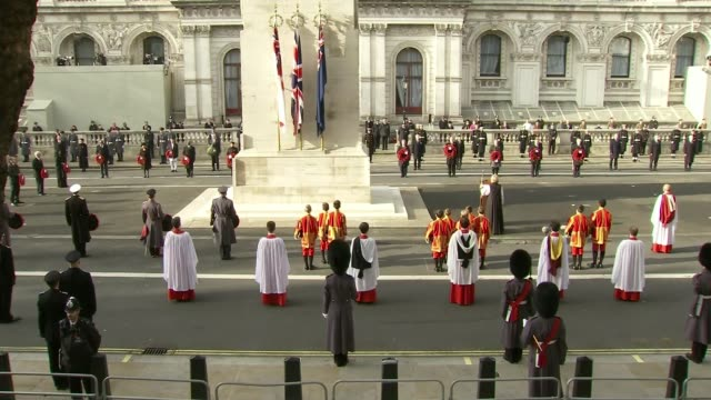 vídeos de stock, filmes e b-roll de queen leads scaled-back service at the cenotaph; england: london: westminster: whitehall: the cenotaph: ext rear view yeomen warders and centotaph in... - dia do armistício britânico