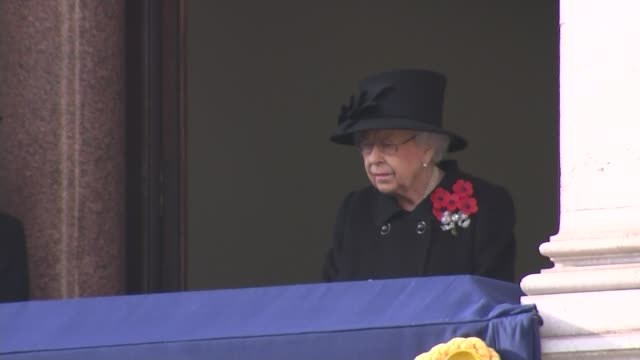 vídeos de stock, filmes e b-roll de queen leads scaled-back service at the cenotaph; england: london: westminster: ext big ben chiming for 11 o'clock queen elizabeth ii watching from... - dia do armistício britânico