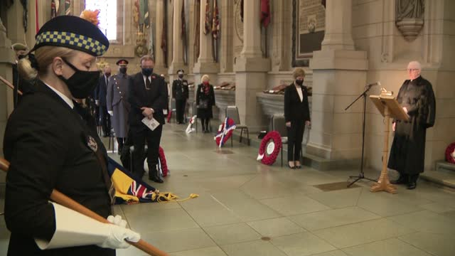 vídeos de stock, filmes e b-roll de queen leads scaled-back service at the cenotaph; scotland: edinburgh: crypt of the scottish national war memorial: int nicola sturgeon msp standing... - dia do armistício britânico