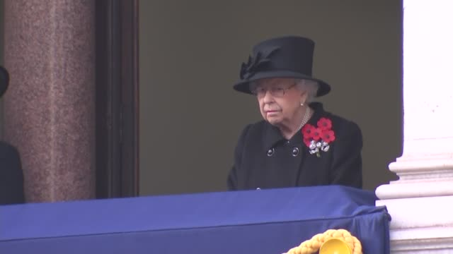 queen watches cenotaph service from balcony; england: london: westminster: whitehall: the cenotaph: long shot queen elizabeth ii watching service... - 懷念日 個影片檔及 b 捲影像