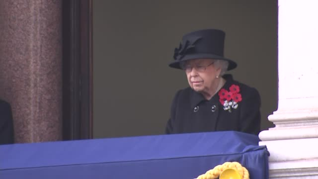 vídeos de stock, filmes e b-roll de queen watches cenotaph service from balcony; england: london: westminster: whitehall: the cenotaph: ext queen elizabeth ii and lady-in-waiting susan... - dia do armistício britânico